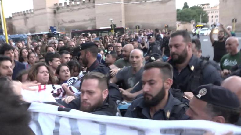 Nach Abweisung von Migrantenschiff: Proteste und Zusammenstöße in Rom
