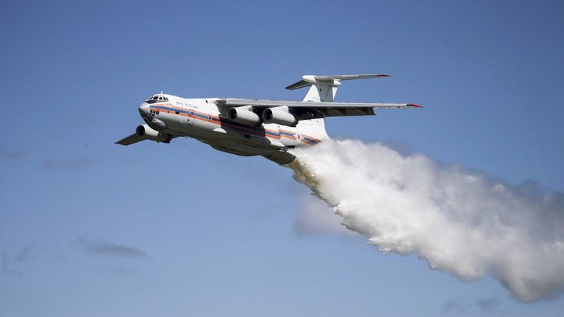 Wasser marsch! Löschflugzeug wirft Tonnen von Wasser auf Verkehrspolizei ab