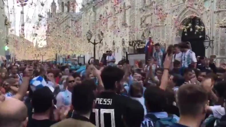 Im Rausch der Euphorie - Fußballfans aus aller Welt strömen in die russische Hauptstadt