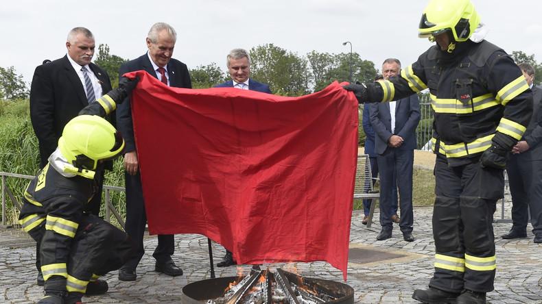 """""""Keine Politik der schmutzigen Wäsche"""": Tschechischer Präsident verbrennt rote Riesenunterhose"""