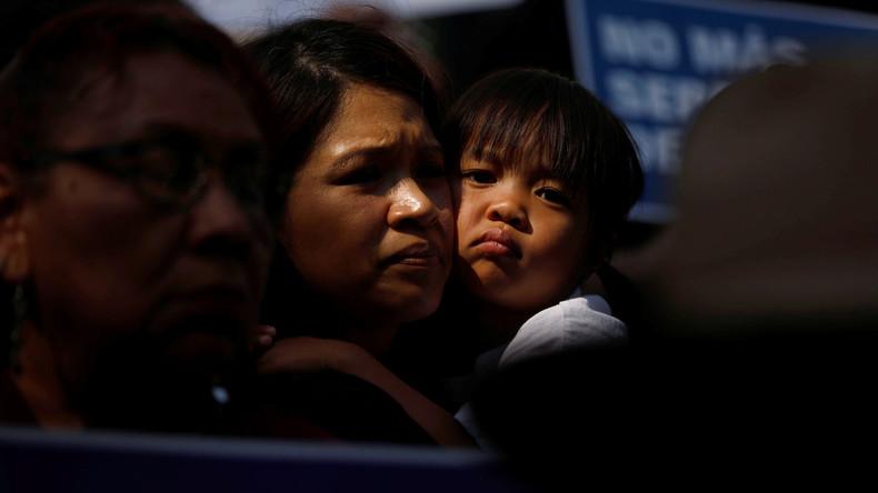 Uhr US-Behörden trennen 2000 Kinder illegaler Einwanderer von Eltern