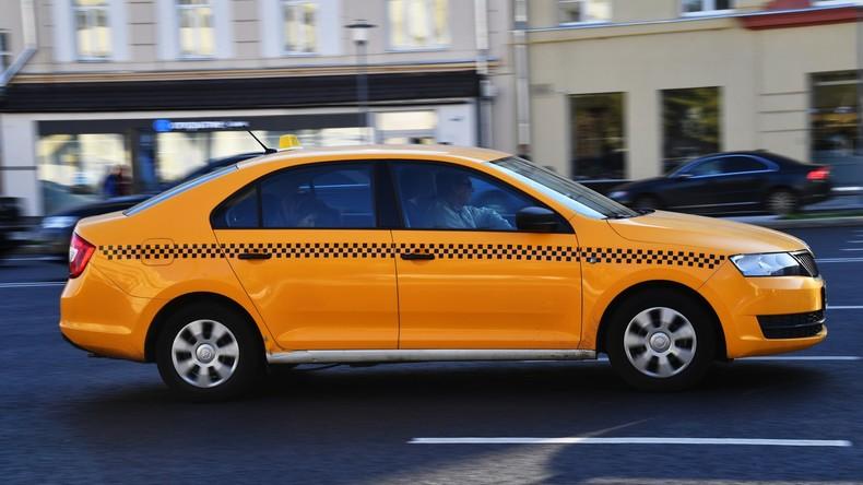 Hier rast Taxi in Moskau in Menschengruppe