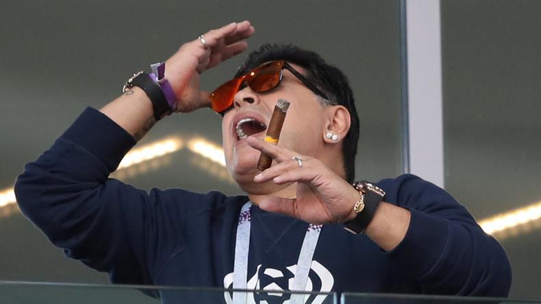 Hand Gottes greift vor Aufregung nach Zigarre: Diego Maradona begeht Regelwidrigkeit im Stadion