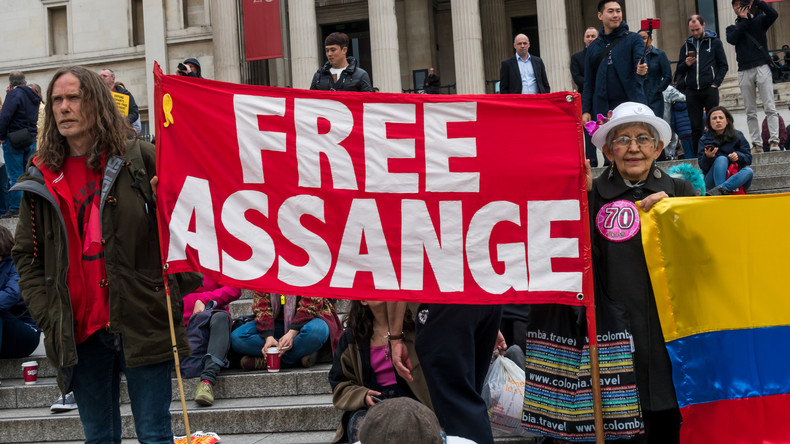 """Video: """"Freiheit für Assange"""" - Demonstranten ziehen vor ecuadorianische Botschaft in London"""