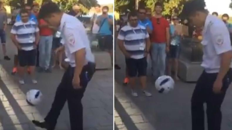 Russland im WM-Fieber: Polizeibeamter präsentiert Passanten sein Können am Ball