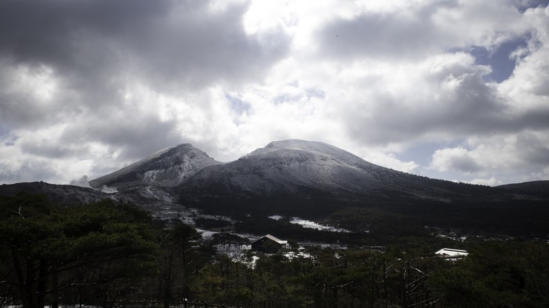 Kilometerhohe Aschesäule über Vulkan im Süden Japans