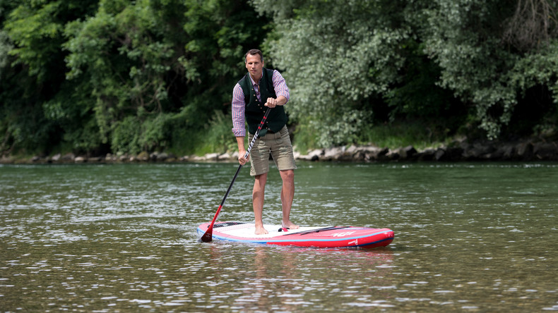 Alles für den Job: Mann stehpaddelt im Anzug über Hudson River zum Meeting in New York