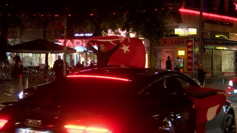 Berlin: Hunderte Erdogan-Anhänger feiern Wiederwahl des türkischen Präsidenten