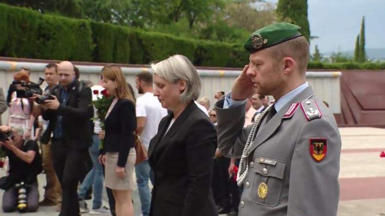 """""""Wir wissen, wie wichtig es in Russland ist"""": DFB-Gruppe überbringt Blumen und Friedensbotschaft"""