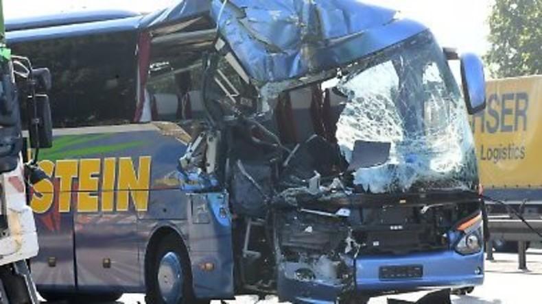 Reisebus mit Seniorengruppe kracht gegen Mülltransporter bei Karlsruhe: Eine Tote und 31 Verletzte