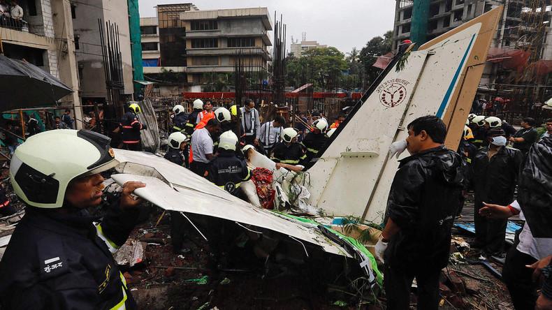 Charter-Flugzeug in Mumbai abgestürzt - Fünf Tote
