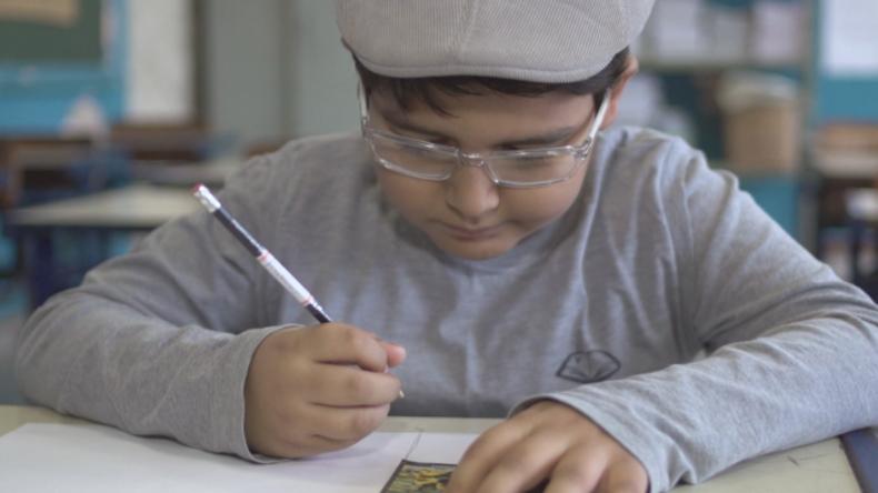 Seine Mutter hatte kein Geld: Achtjähriger zeichnet Panini-Heft nach und wird zum Star
