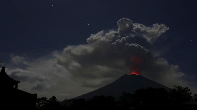 Aschesäule über Vulkan Agung auf Bali - Flughäfen geschlossen