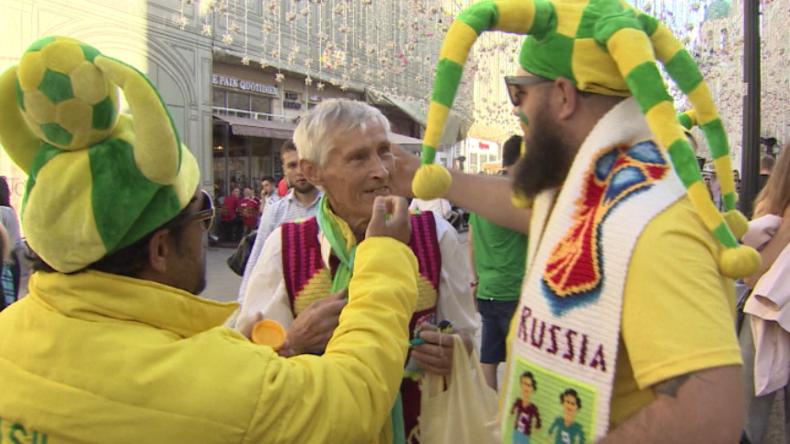 Herzerwärmend: 72-Jähriger beschenkt WM-Besucher mit selbstgestrickten Fußball-Souvenirs