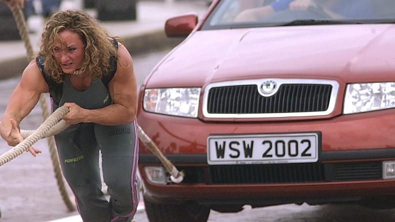 Heldenhafte Vorbilder: Erzieherinnen heben Geländewagen an, um Mann zu befreien