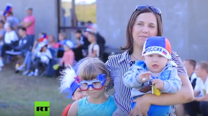 Fan-Zone vor der Haustür: Russische Dorfbewohner stellen eigene WM-Leinwand auf (Video)