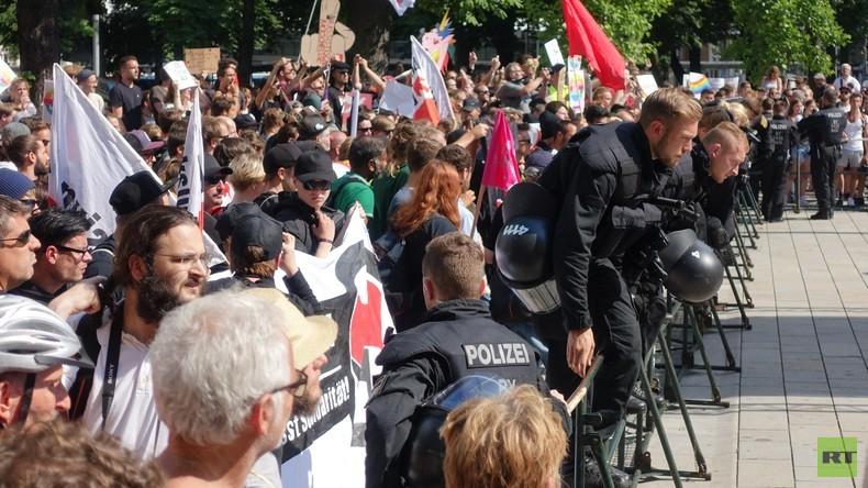 Augsburg: Pinkeln unter Polizeitschutz