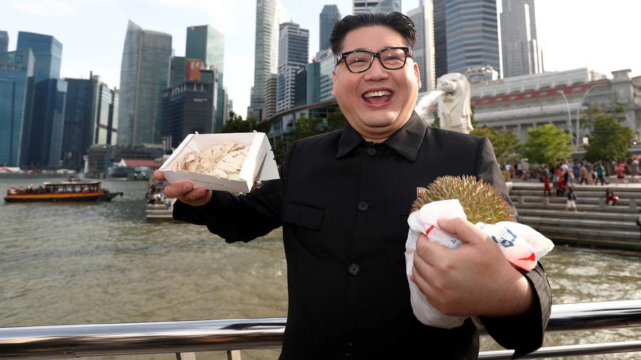 Kim-Jong-un-Imitator am Flughafen von Singapur festgenommen – weil er zu gut ist (FOTOS)