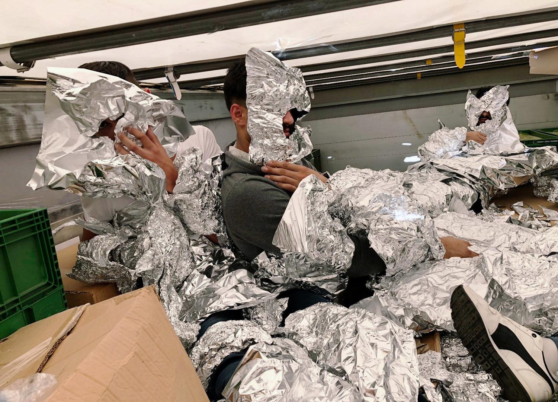 Sieben Flüchtlinge wickeln sich in Alufolie ein, um Grenzschutz zu täuschen: Fast hätte es geklappt