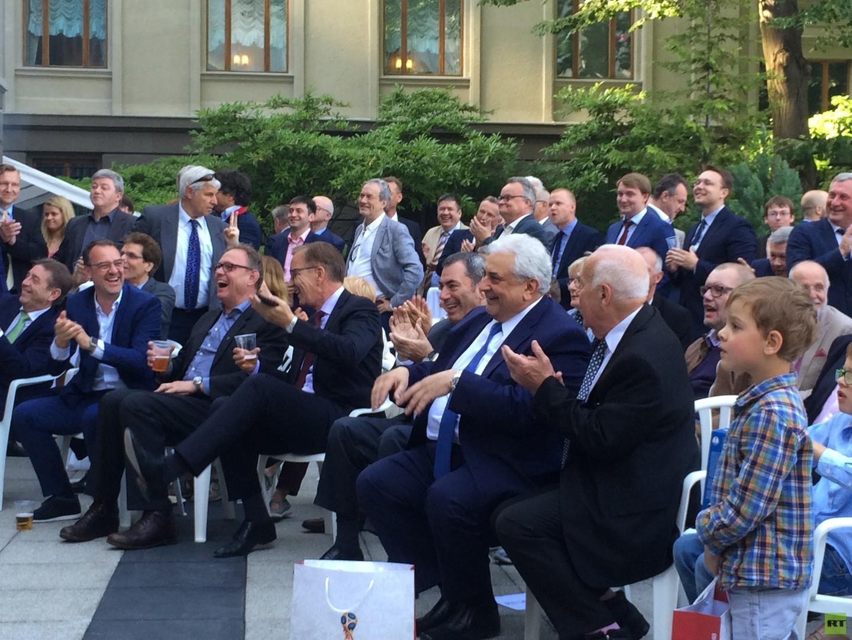 Bei Wein und Wodka: Fußballgucken in der Russischen Botschaft