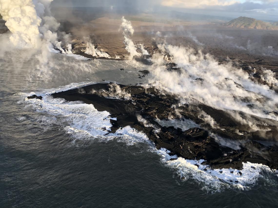 """Kilauea auf Hawaii: Vulkan spuckt """"grüne Edelsteine"""" und Lava lässt neue Halbinsel entstehen"""