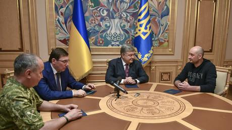 Der für tot erklärte russische Journalist Arkadi Babtschenko bei einem Treffen mit dem ukrainischen Präsidenten Petro Poroschenko, Generalstaatsanwalt Jurij Luzenko und Geheimdienstchef Wassili Grizak in Kiew am 30. Mai 2018.