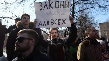 Demonstranten auf einer Kundgebung gegen Korruption. Auf dem Plakat steht