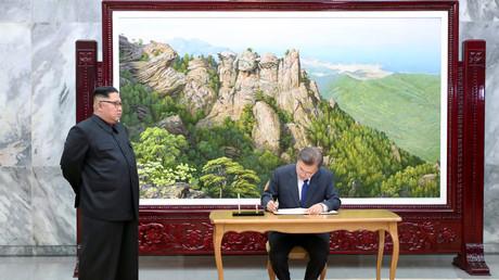 Kim Jong-un beobachtet den Eintrag in das Gästebuch durch den südkoreanischen Präsidenten Moon Jae-in, Friedensdorf Panmunjom, Nordkorea, 26. Mai 2018.