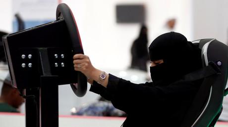 Eine saudische Frau testet einen Fahrsimulator auf der Autoshow für Frauen, Riad, Saudi-Arabien, 13. Mai 2018.
