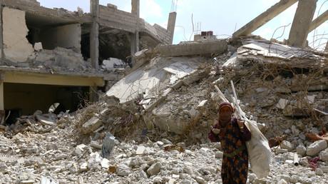 Eine Frau auf den Trümmern eines zerstörten Gebäudes in Raqqqa, Syrien, 14. Mai 2018.