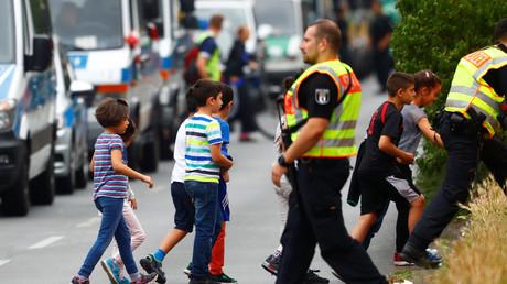 Polizisten sperrten die Schule in der Gotenburger Straße und umliegende Straßen in Berlin ab. Kinder und Lehrer wurde aus dem Gebäude geführt.