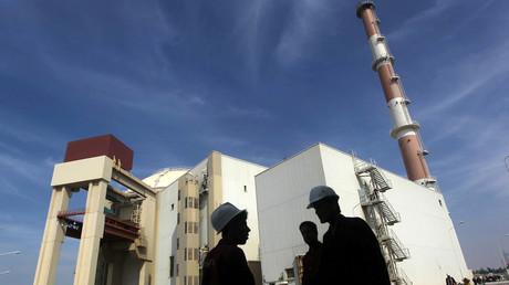 Iranische Arbeiter vor dem Atomkernkraftwerk in Buschehr, Iran; 26. Oktober 2010.