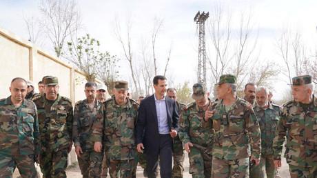 Der syrische Präsident Assad, umgeben von Soldaten der Syrisch-Arabischen Armee (SAA)