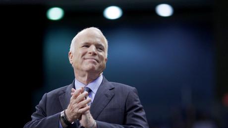 John McCain während einer Wahlkampfkundgebung in Fayetteville, North Carolina am 28. Oktober 2008.  Er unterlag bei den Präsidentschaftswahlen deutlich Barack Obama.