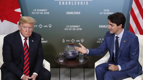 US-Präsident Donald Trump (l.) traf den kanadischen Premierminister Justin Trudeau während des G7-Gipfels in Quebec. Trudeaus Äußerungen bei einer späteren Pressekonferenz sorgten für Trumps Verärgerung und zum Rückzug aus der Abschlusserklärung des Gipfels.