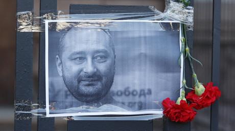 Blumen für den kurzzeitig für tot erklärten Blogger Arkadi Babtschenko am Zaun der Botschaft der Russischen Föderation in Kiew am 30. Mai 2018.