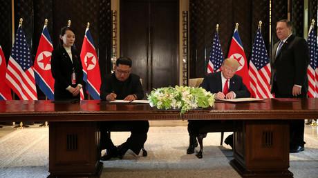 Kim und Trump während der Unterzeichnung der Vereinbarung.