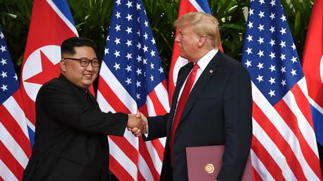 Historischer Handschlag: Nordkoreas Staatschef Kim Jong-un und US-Präsident Donald Trump unterzeichneten am Dienstag eine gemeinsame Vereinbarung.