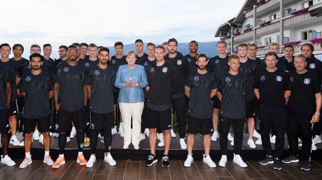 Elf Deutsche ... ähhh, Freunde ... sollt ihr sein ... Bundeskanzlerin Merkel zu Besuch bei der deutschen Nationalmannschaft in Südtirol.
