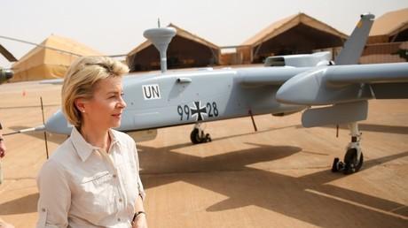 Aufklärungsdrohnen setzt die Bundeswehr seit Jahren ein (Bild in Mali). Sie sind zu klein, um sie mit Waffen aufzurüsten. Verteidigungsministerin von der Leyen wollte deshalb seit 2016 die