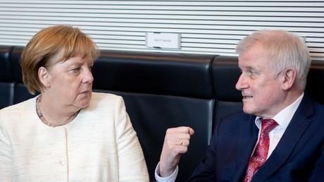 Kanzlerin Angela Merkel (CDU) und Innenminister Horst Seehofer (CSU) bei der Sitzung der CDU/CSU-Fraktion am 12. Juni.
