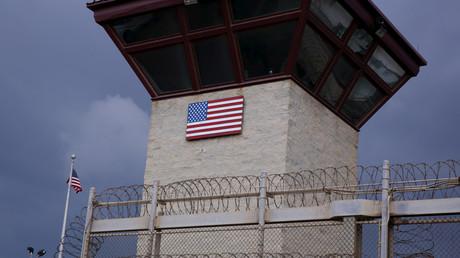120 Jahre Beziehungen zwischen den USA und Kuba. Bild: Flagge der Vereinigten Staaten am Wachturm im Inneren des Joint Task Force Guantanamo Camp VI auf der US-Marinabasis in Guantánamo Bay, Kuba 22. März 2016.