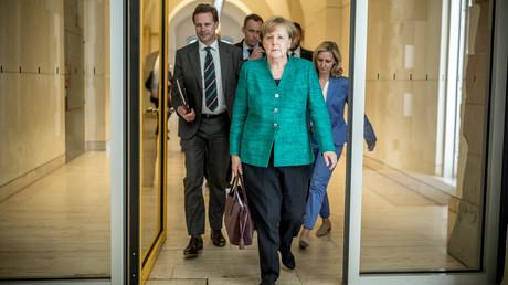 Kanzlerin Angela Merkel in Begleitung ihrer Berater nach der Sitzung der CDU-Abgeordneten am Donnerstag. Der Asylstreit zwischen der Kanzlerin und Innenminister, zwischen CDU und CSU eskaliert vollends. Die Zukunft der Großen Koalition ist gefährdet.