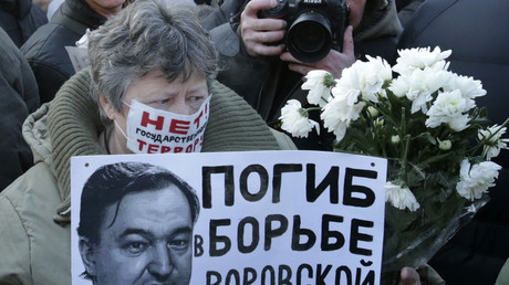 Eine Frau hält ein Plakat mit einem Porträt von Sergei Magnitski während einer nicht genehmigten Kundgebung im Zentrum von Moskau, Dezember 2012