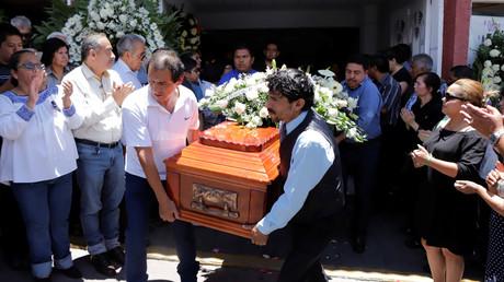 Verwandte tragen den Sarg der ermordeten Stadträtin Érika Cázares, Puebla, Mexiko, 3. Juni 2018.