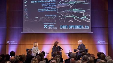 Der Unternehmer Michail Chodorkowski im Gespräch mit Britta Sandberg, Der Spiegel (Mitte), und Nora Müller, Körber-Stiftung.