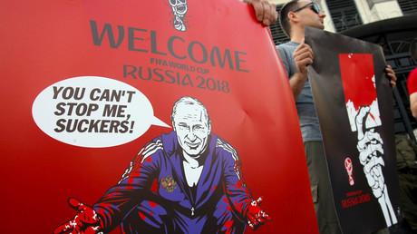 14. Juni: Vor der russischen Botschaft in Kiew rufen pro-ukrainische Aktivisten zu einem Boykott der Fußball-WM auf.