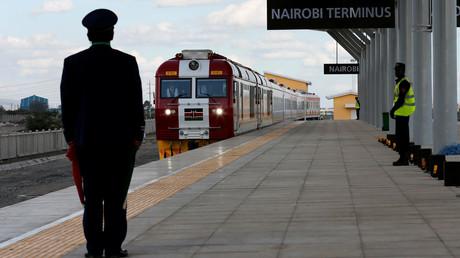 Ein Zug kommt am Nairobi-Kopfbahnhof, der Teil der Standard Gauge Railway (SGR) ist, an. Diese wurde von der China Road and Bridge Corporation (CRBC) gebaut und von der chinesischen Regierung finanziert.