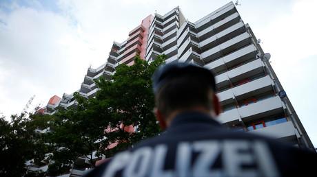 Polizeibeamte vor dem Hochhaus in Köln, in dem der 29-jährige Sief Allah H. wohnte und über Wochen hinweg hochtoxisches Rizin hergestellt haben soll.