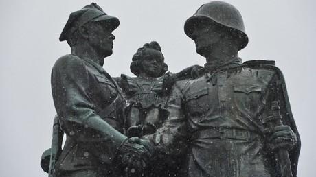 Ein Denkmal für die sowjetisch-polnische Waffenbruderschaft in der Innenstadt von Legnica